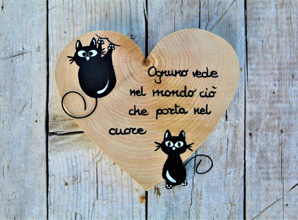 Cuore in legno con gatto seduto gatto arrampicato