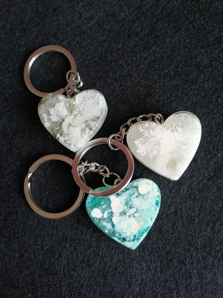 Portachiavi in resina a forma di cuore fatto a mano