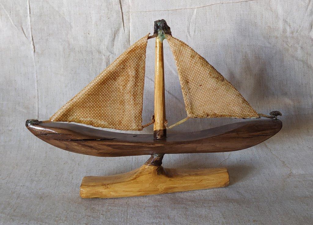 Barca in legno con vele in tessuto