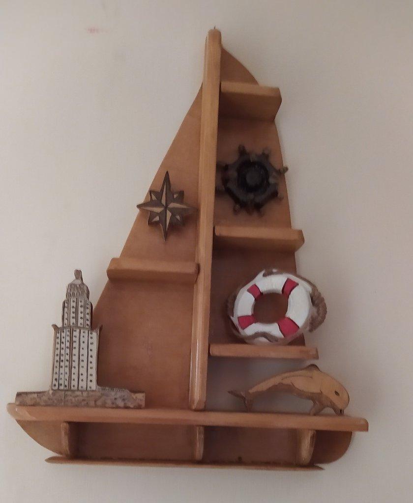 Mensola a forma di barca decorata con oggetti marini