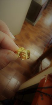 Anello a cuore in ottone dorato con incisione personalizzata.