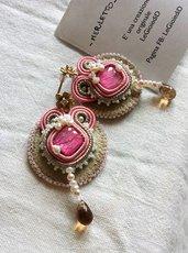 -Merletto- Orecchini soutache rosa e beige a lobo, con perle di fiume e goccia di vetro topazio