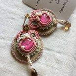 Orecchini soutache rosa e beige a lobo, con perle di fiume e goccia di vetro topazio