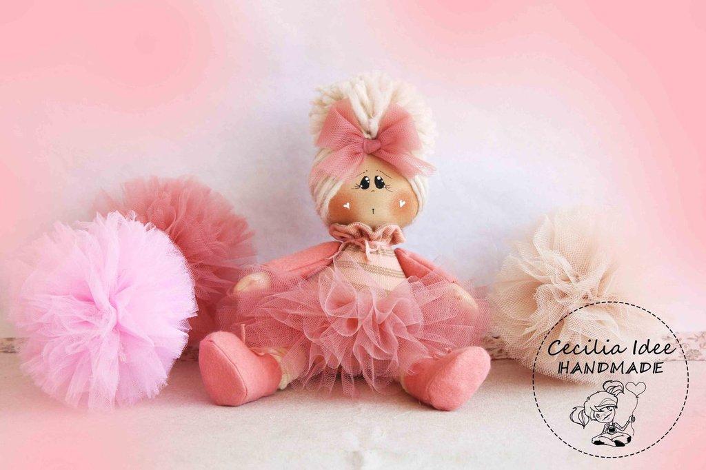 Bambola seduta rosa
