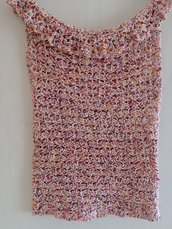 Top/maglietta eseguita a mano a uncinetto con un punto che forma tanti ventagli. Il filato utilizzato è di cotone  dai colori fantasia panna,arancio,viola, con voilà intorno al collo che la impreziosiscono.