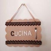 Targa per cucina con scritta, fatta a mano, beige con pizzi e forchetta, da appendere