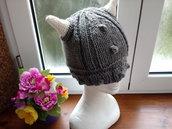 Cappello grigio in lana, fatto a mano, a forma di vichingo
