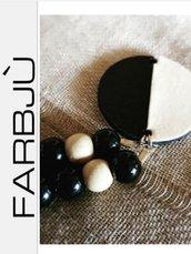 Collana di perle nere con elementi in cartoncino
