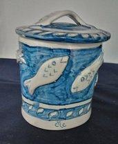Porta batuffoli con tappo di ceramica manufatti in creta rossa ingobbiata, decorato con pesci in rilievo bianchi su fondo blu