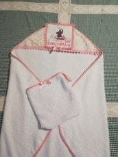 Asciugamano/accappatoio a triangolo con manopola coordinata per una bimba.