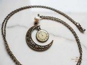 Collana in ottone con luna, orologio e perla di fiume