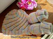 Cappellino e scarpine, completino in lana, fatta coi ferri, fatti a mano