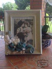 Portafoto stile shabby con composizione di boccioli e fiori cuciti a mano