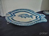 Pesce per vassoio contenitore di ceramica modellato a mano, con cornice blu e bianca con pesce decorato al centro