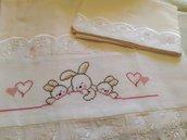 """Lenzuolino per culla  rosa e bianco ricamato a punto croce """"tre coniglietti con cuori"""""""