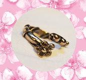 Anello regolabile in ottone con fiorellino. Fatto a mano