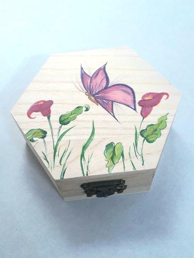 Scatolina esagonale con farfalla