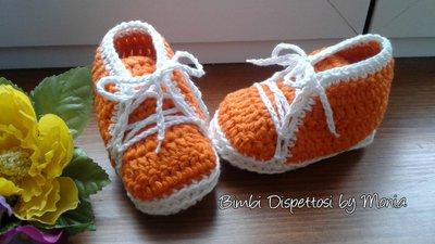 Scarpine in cotone bianco e arancione ad uncinetto, fatte a mano