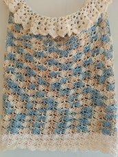 Maglietta eseguita a mano a uncinetto con un punto che forma tanti ventagli. Il filato utilizzato è di cotone dai colori fantasia panna,celeste,nocciola, con voilà intorno al collo che la impreziosiscono.
