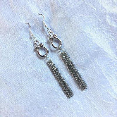 Orecchini con componente ad anello e catenelle sottili pendenti