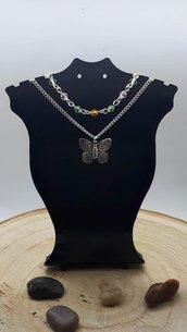 Collana a Doppia Catena con Ciondolo di una Farfalla e Perline Sfaccettate