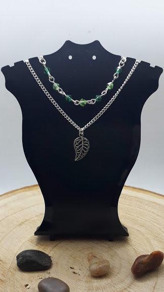 Collana a Doppia Catena con Ciondolo di una Foglia e Perline Sfaccettate
