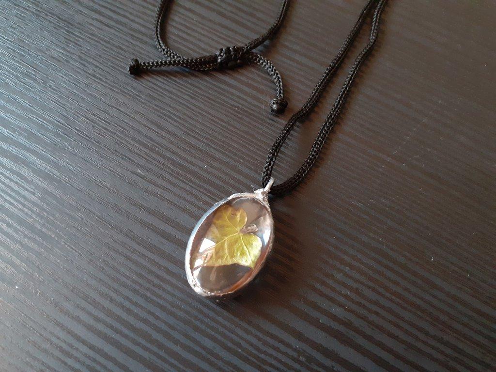Ciondolo ovale con vera foglia di edera