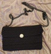 Pochette nera con bottone perla