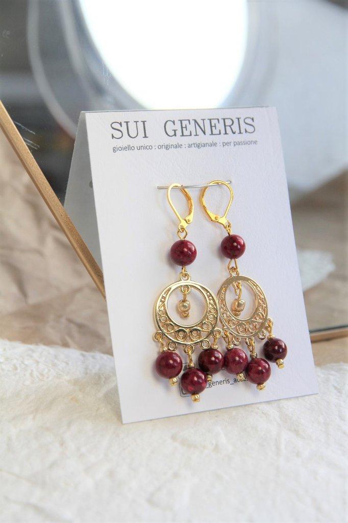 orecchini Chandra pendenti dorati in stile indiano con perline in pietra rossa
