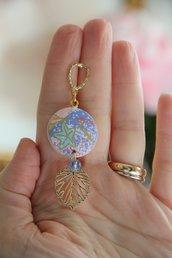 orecchini in legno e carta origami colore rosa, fantasia fiori e pendente a foglia oro. serie Japan