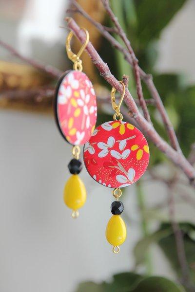 orecchini in legno e carta origami colore rosso e giallo, fantasia fiori e pendente a goccia. serie Japan