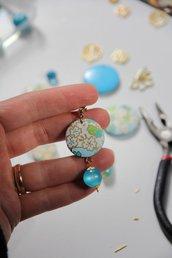 orecchini in legno e carta origami colore celeste, fantasia fiori e pendente cangiante. serie Japan