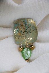 Spilla verde cangiante d'ispirazione Art Nouveau con pendenti in vetro e metallo