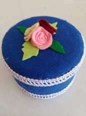 Portagioie tondo rivestito di pannolenci color blu, guarnito con roselline e merletto che lo impreziosiscono