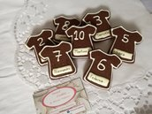 Biscotti segnaposto con nome personalizzati maglietta calcio numero pasta frolla cacao