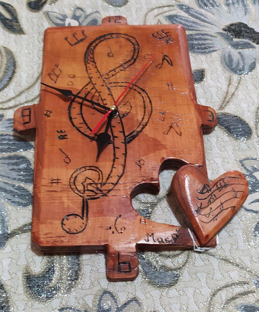 Orologio in legno da muro con inciso una chiave di violino