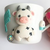 Tazza in porcellana bianca con mucca decorata a mano in fimo