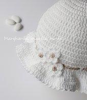 Cappellino/cappello bimba bianco con fiori bianchi e laccetto ecru - uncinetto - Battesimo