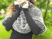 Mantellina ai ferri in morbida lana grigia / poncho ecopelliccia / scaldaspalle