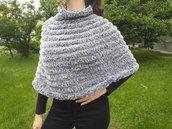 Cappa mantellina lavorata ai ferri con lana e filato ecopelliccia grigia