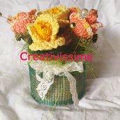 Vaso con boccioli di rosa giallo/arancio all'uncinetto