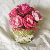Vaso con boccioli di rosa all'uncinetto