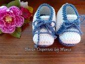 Scarpine neonato ad uncinetto in cotone azzurro e bianco, fatto a mano