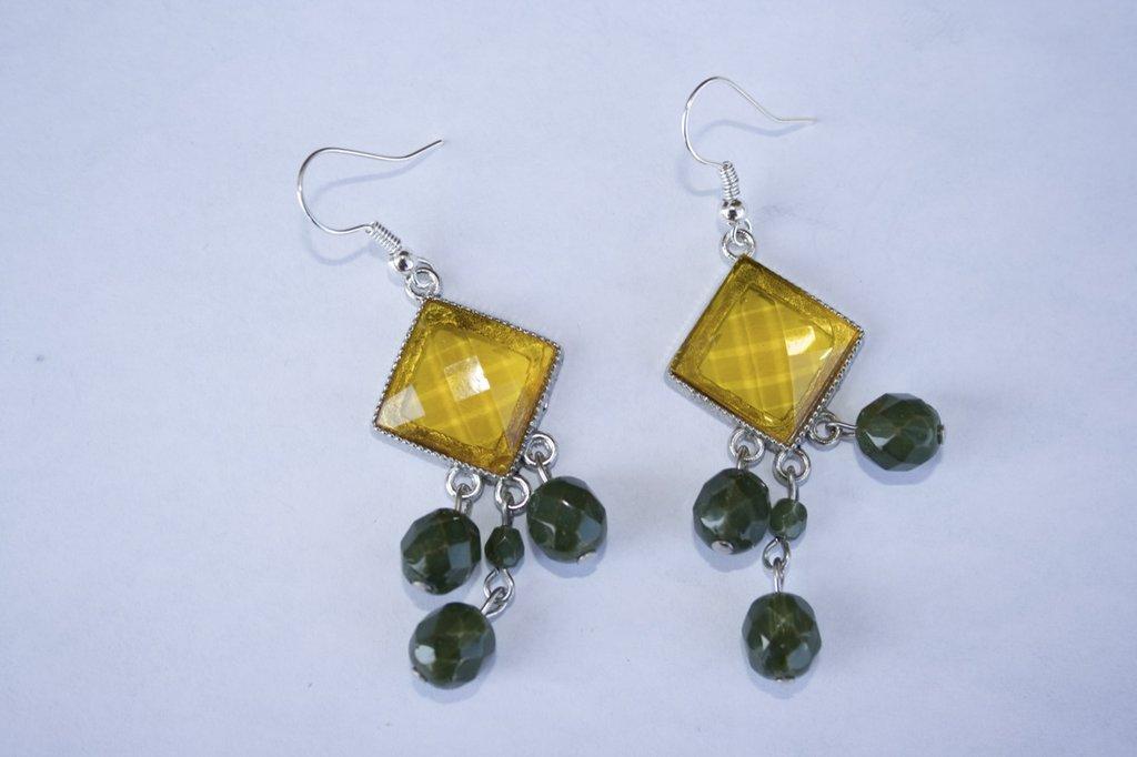 Orecchini ambra con charms verdi