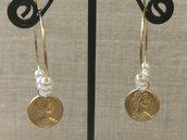 Orecchini in acciaio con perline bianche e moneta