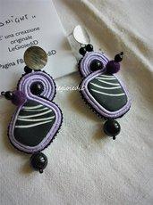 Orecchini viola, neri e bianchi, a soutache con perle nere e pompon
