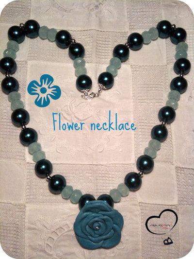 Collana con fiore in pelle