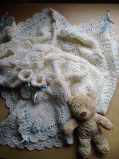 copertina neonato ai ferri in lana bianca per Battesimo con scarpine in maglia, completo fatto a mano per battesimo, corredino, per carrozzina