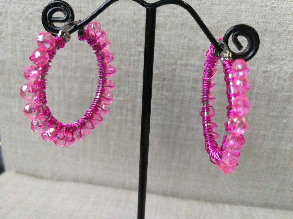 Orecchini moda 2020: piccoli cerchi in acciaio con cristalli rosa fluo