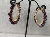 Orecchini moda 2020: piccoli cerchi in acciaio con cristalli viola cangianti